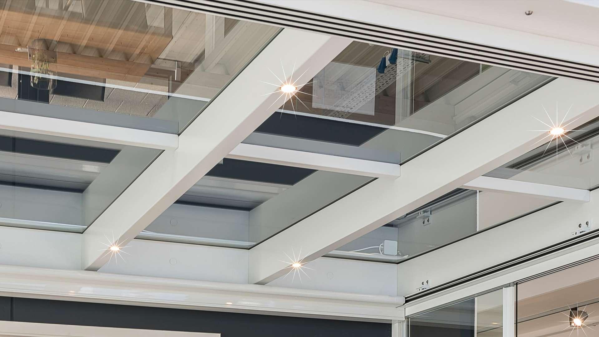 Detailansicht weißer Lichtsparren mit LED Lichtern
