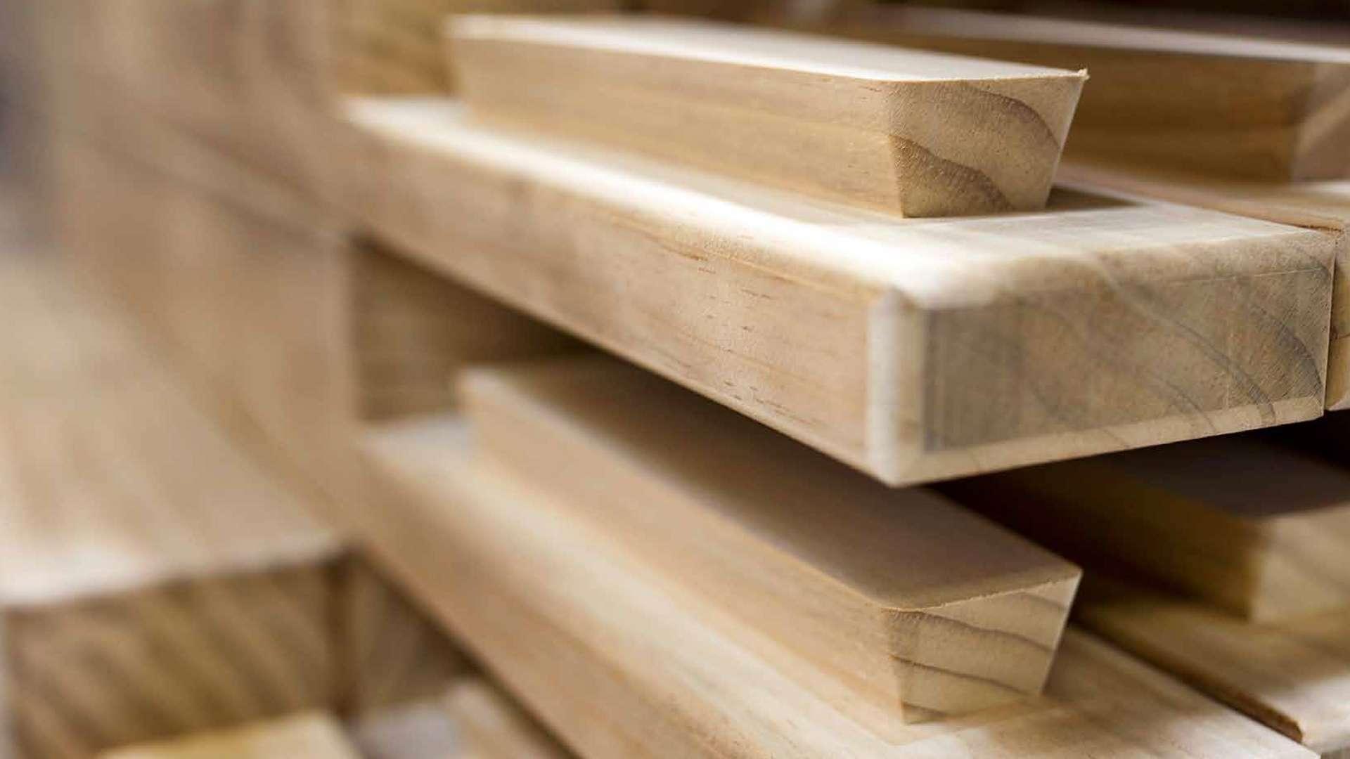 Nahansicht mehrerer Massivholzbretter