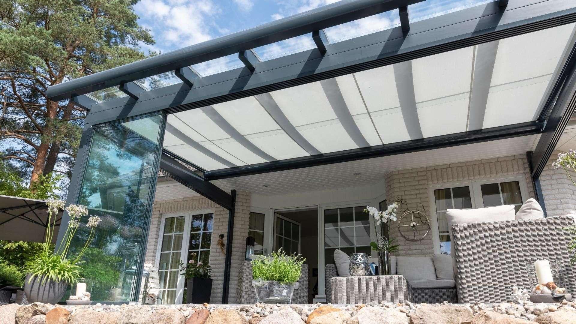 Blick in ein Glashaus mit Unterglasmarkise