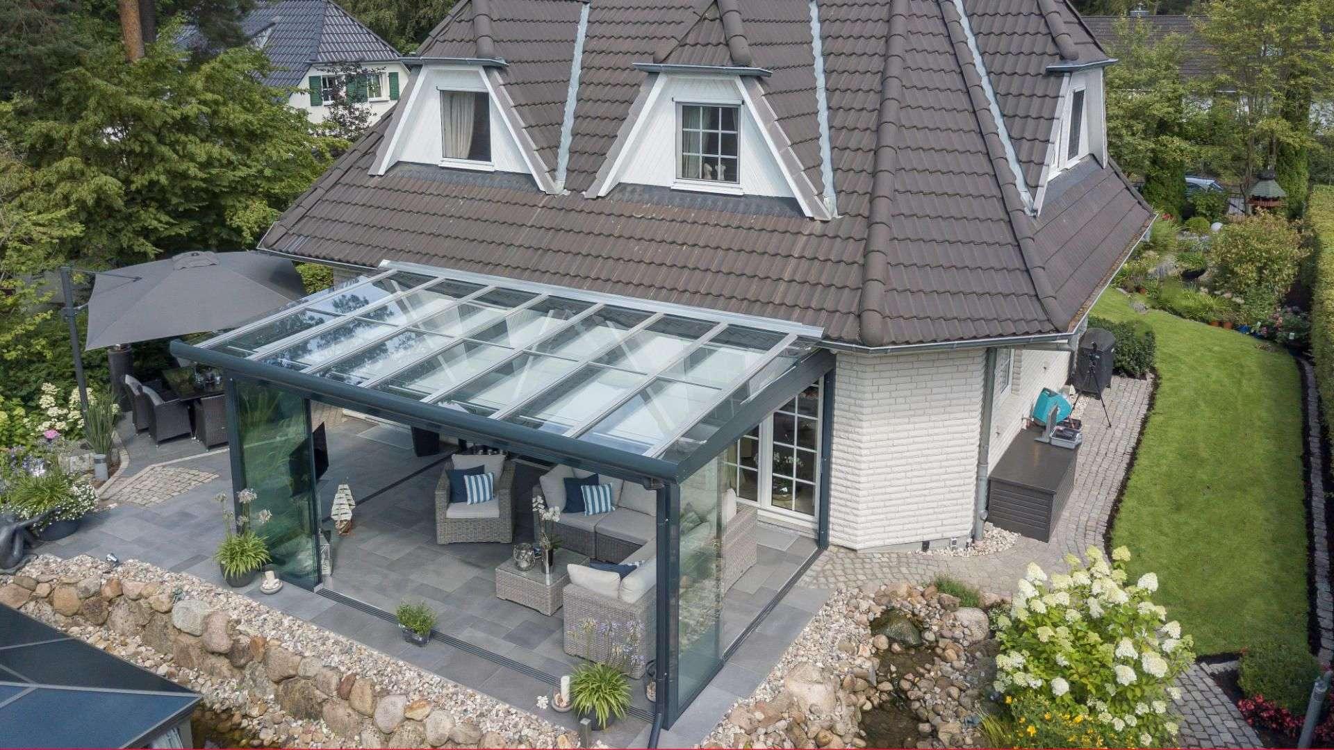 Glashaus an einem Einfamilienhaus aus der Vogelperspektive