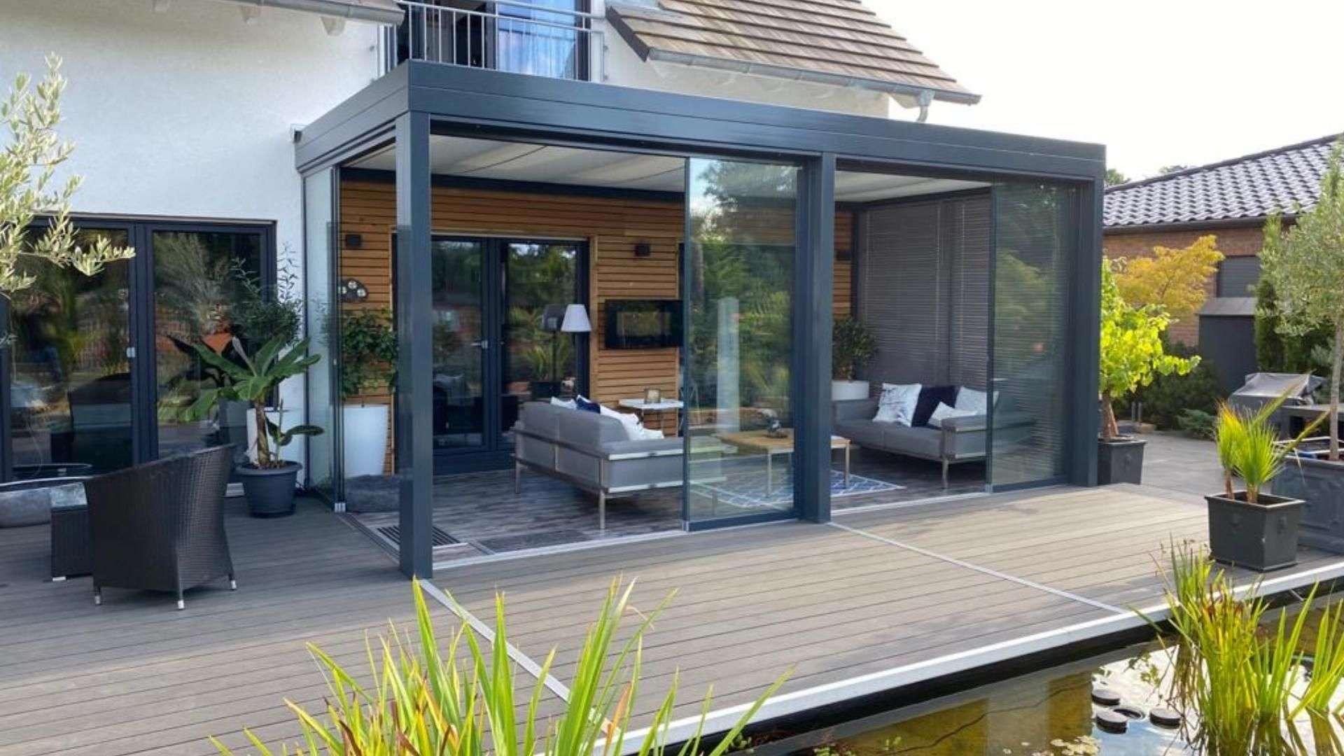 modernes Glashaus auf der Terrasse eines Einfamilienhauses