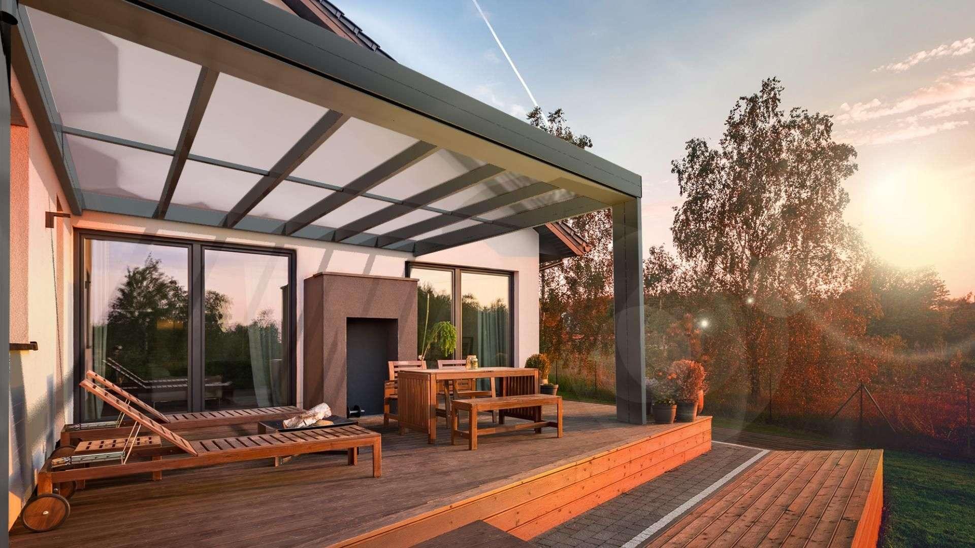 Terrassendach an einem Haus bei Sonnenuntergang im Herbst
