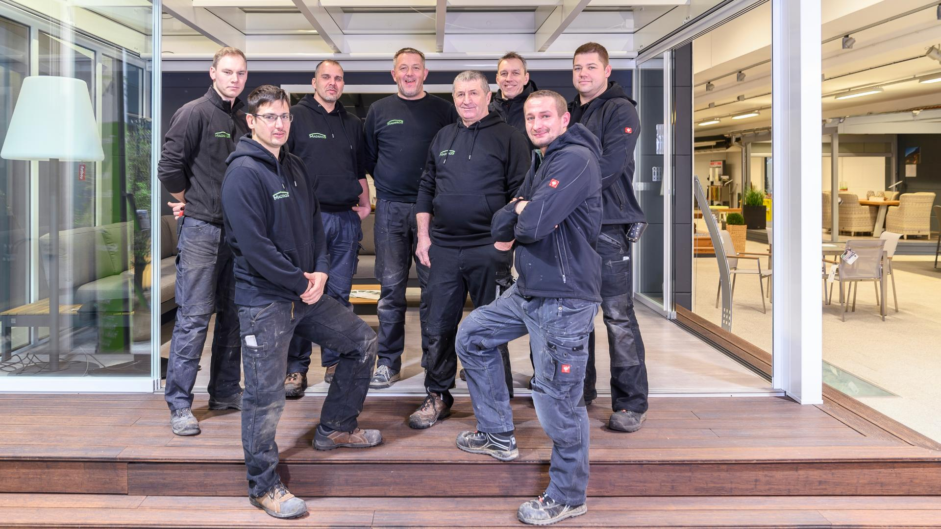 Gruppenbild der Montage-Mitarbeiter von Maderos in deren Ausstellung in Rosengarten/Nenndorf