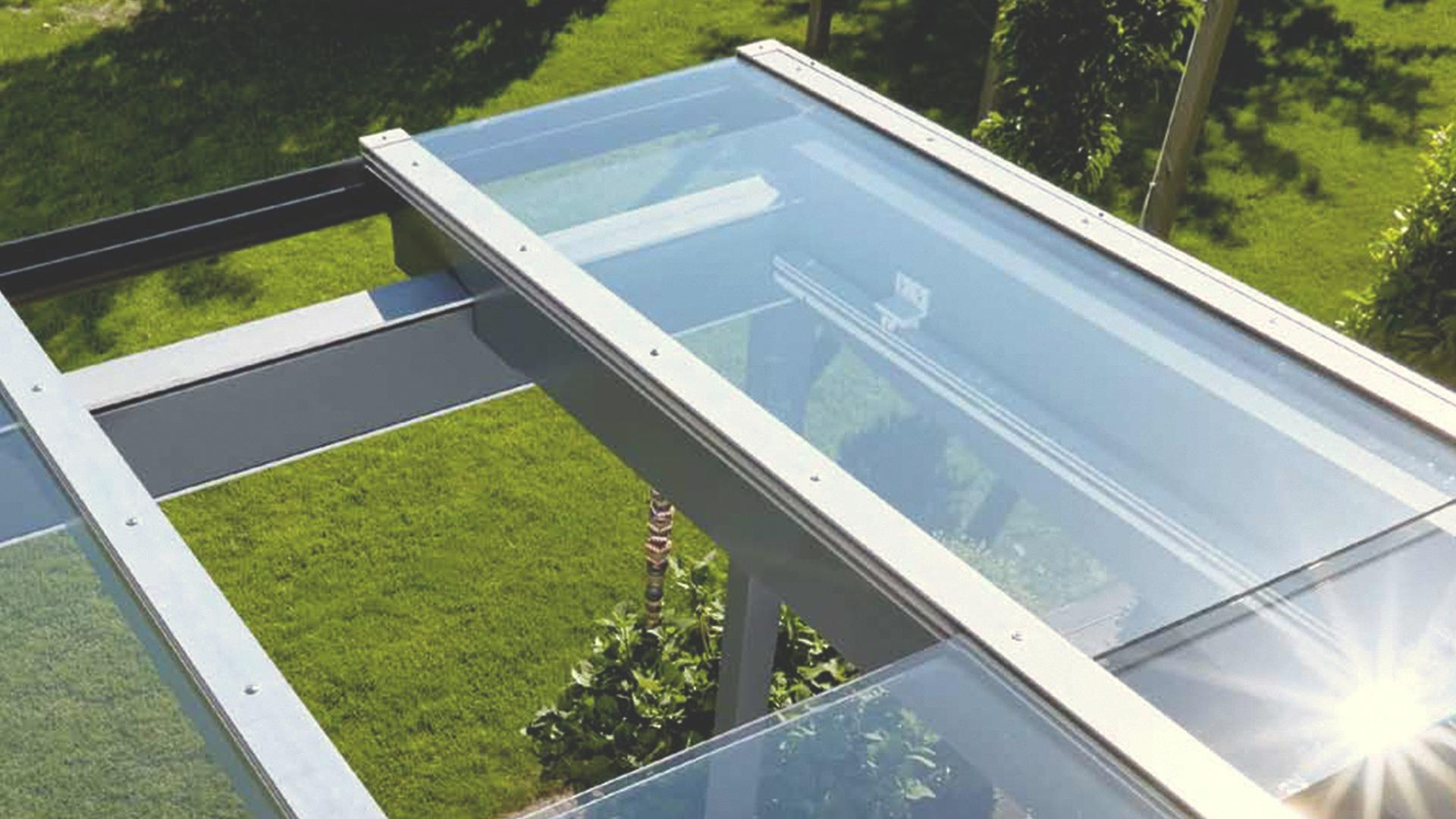 Blick auf ein Terrassendach mit offenem Schiebedach