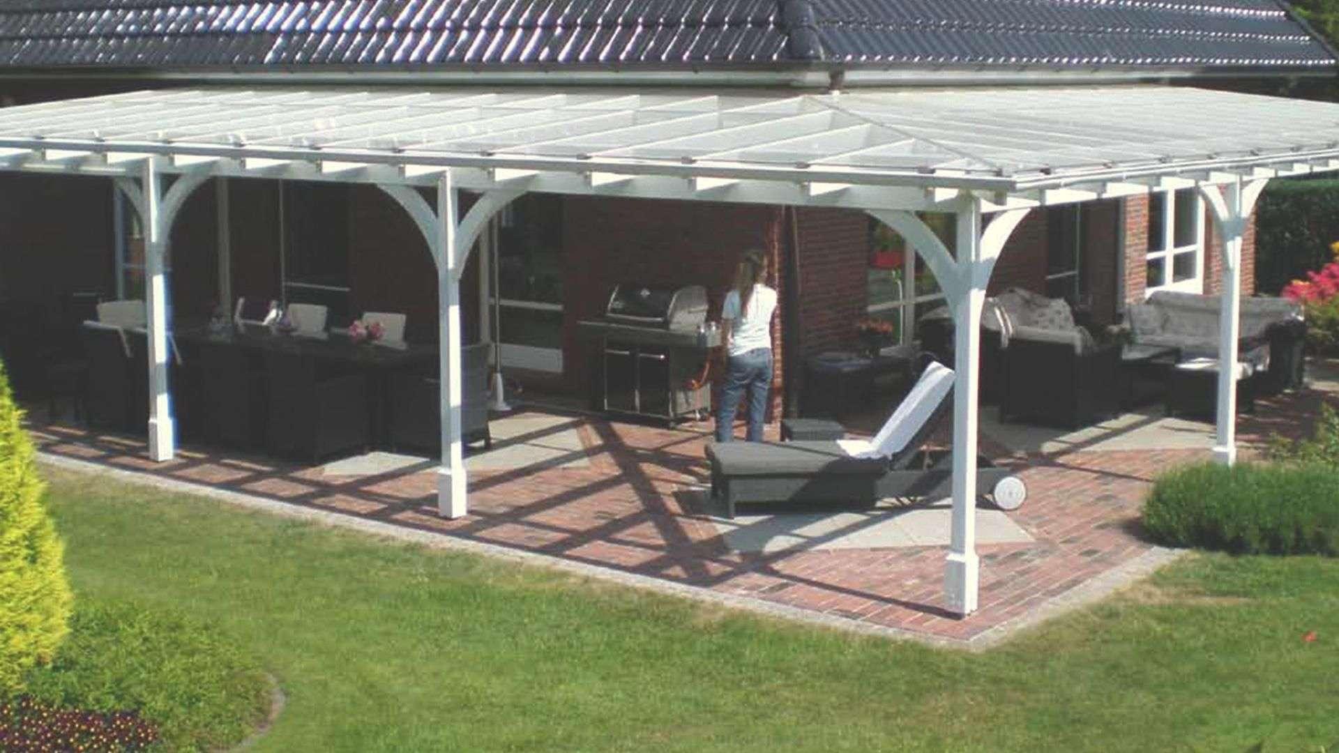 Sonderlösung eines weißen Terrassendaches, welches über Eck läuft