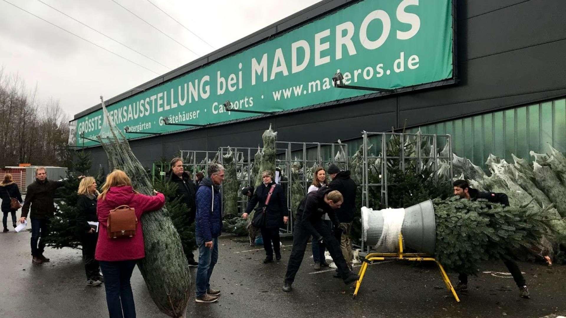 Tannenbaumverkauf vor der Ausstellung von Maderos in Nenndorf