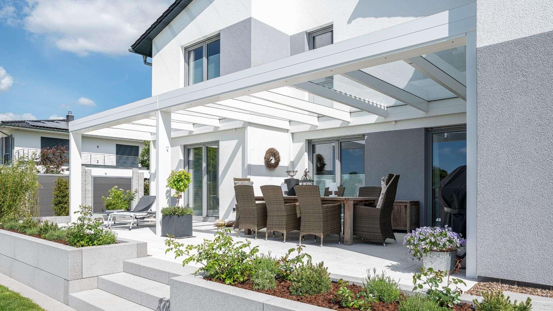weißes Terrassendach an einem modernen Wohnhaus