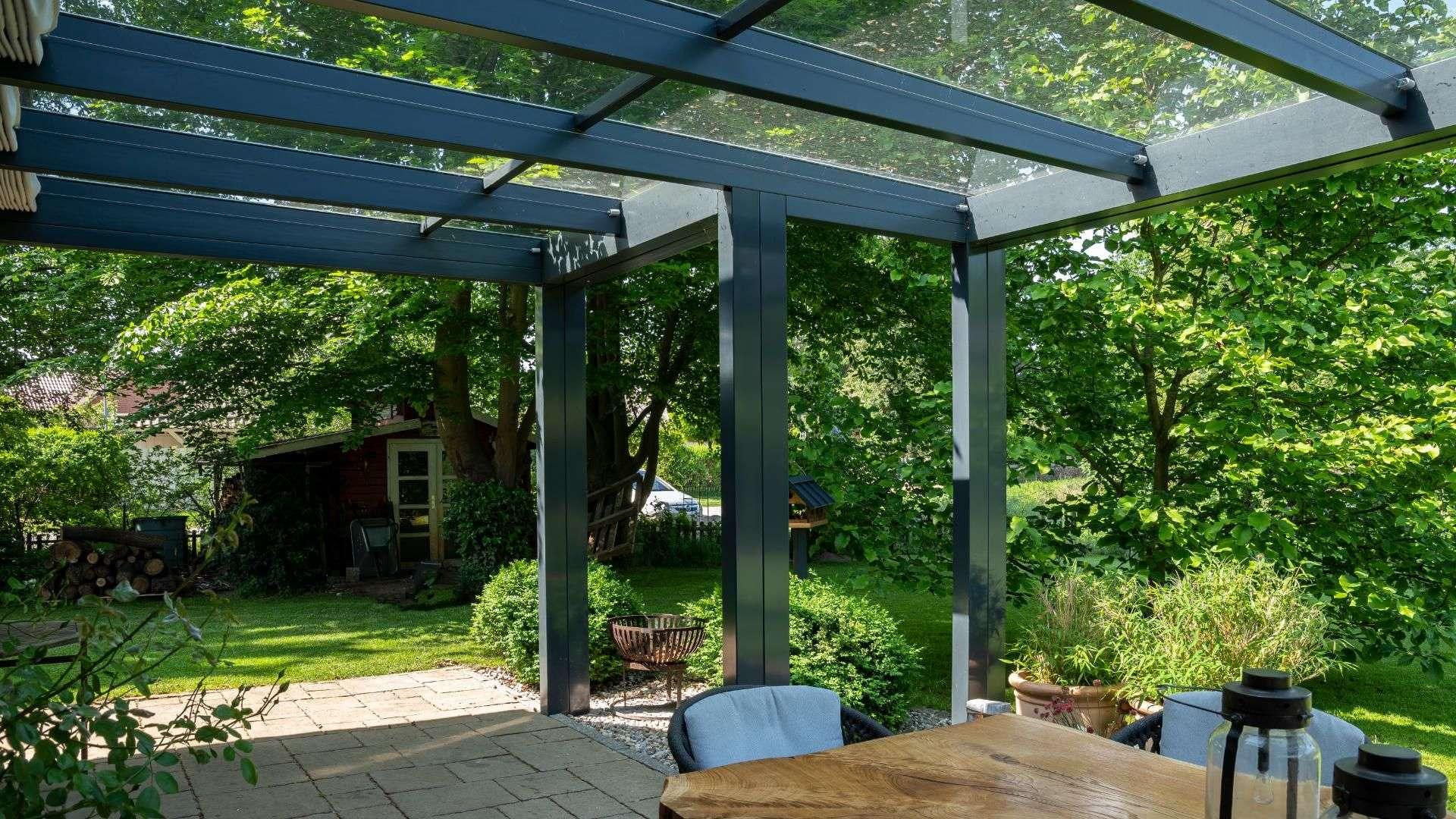Innnansicht eines Terrassendaches mit Blick in den grünen Garten