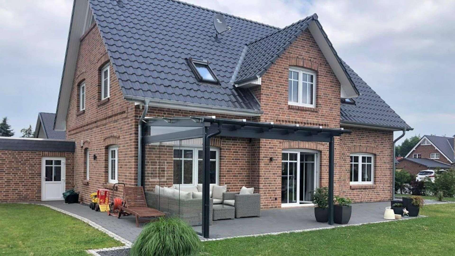 Einfamilienhaus mit Terrassendach auf der Terrasse