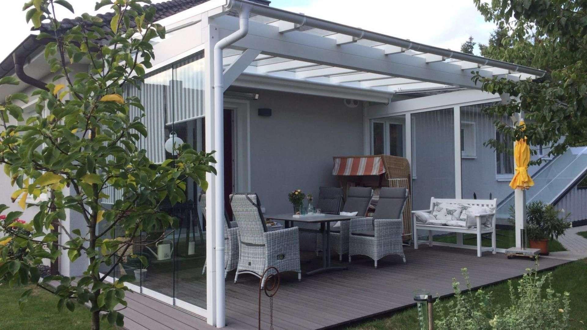 weißes Terrassendach mit Strandkorb auf der Terrasse eine Bungalows