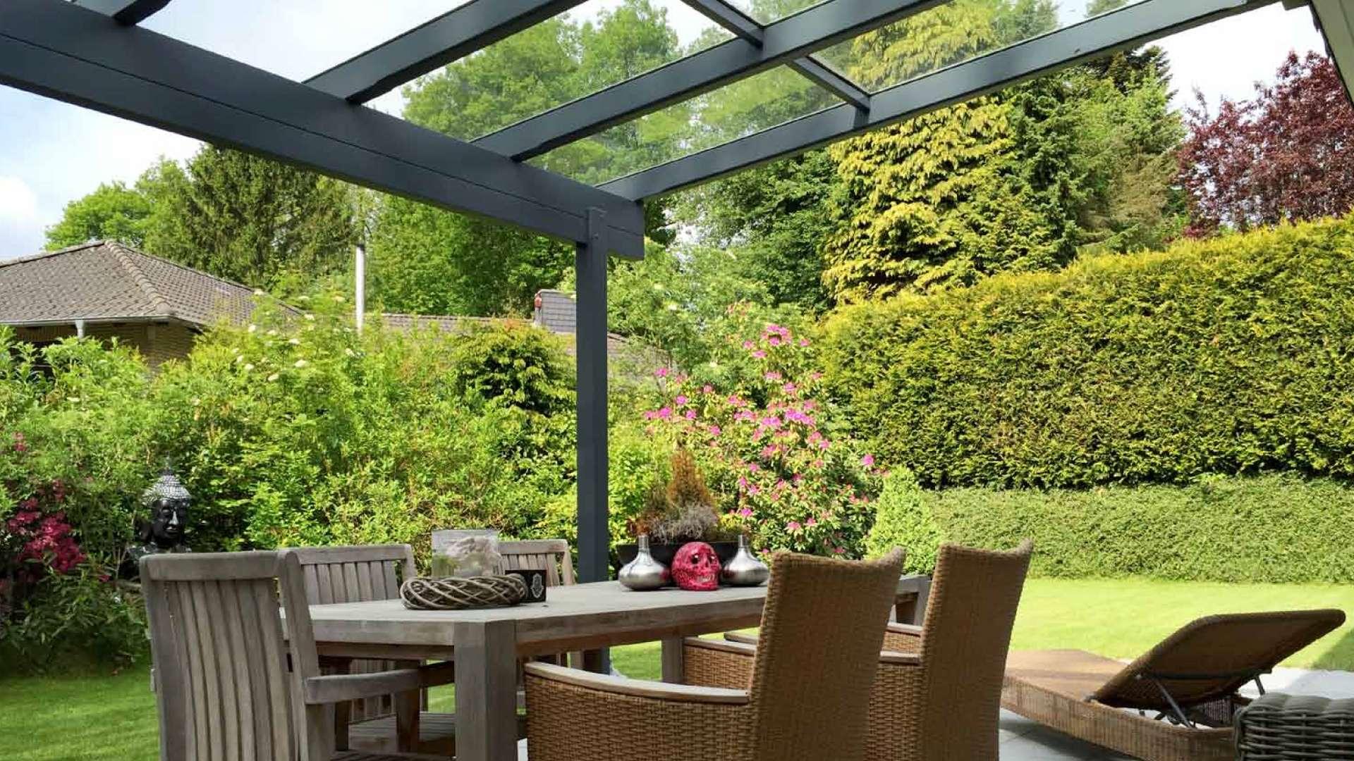 Terrassendach mit Esstisch mit Blick in den Garten