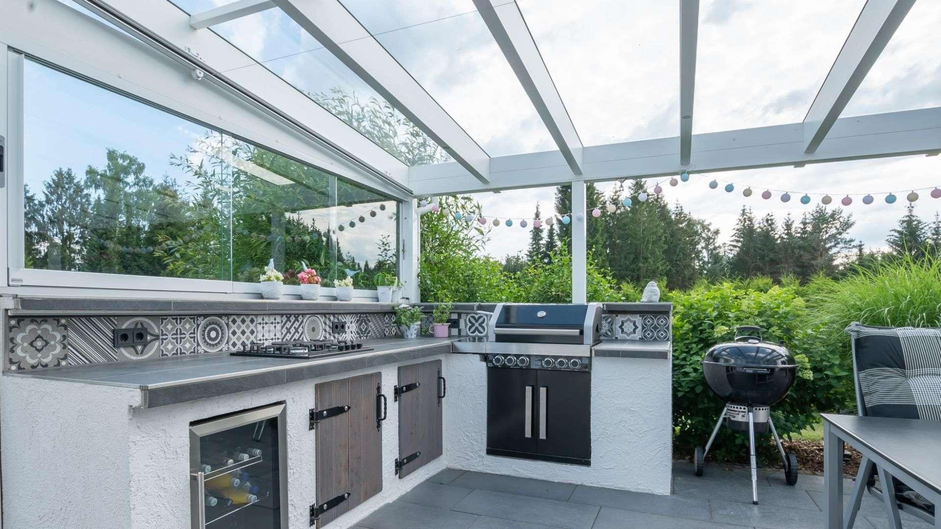 Innenansicht eines Terrassendach in Jesteburg mit Outdoorküche