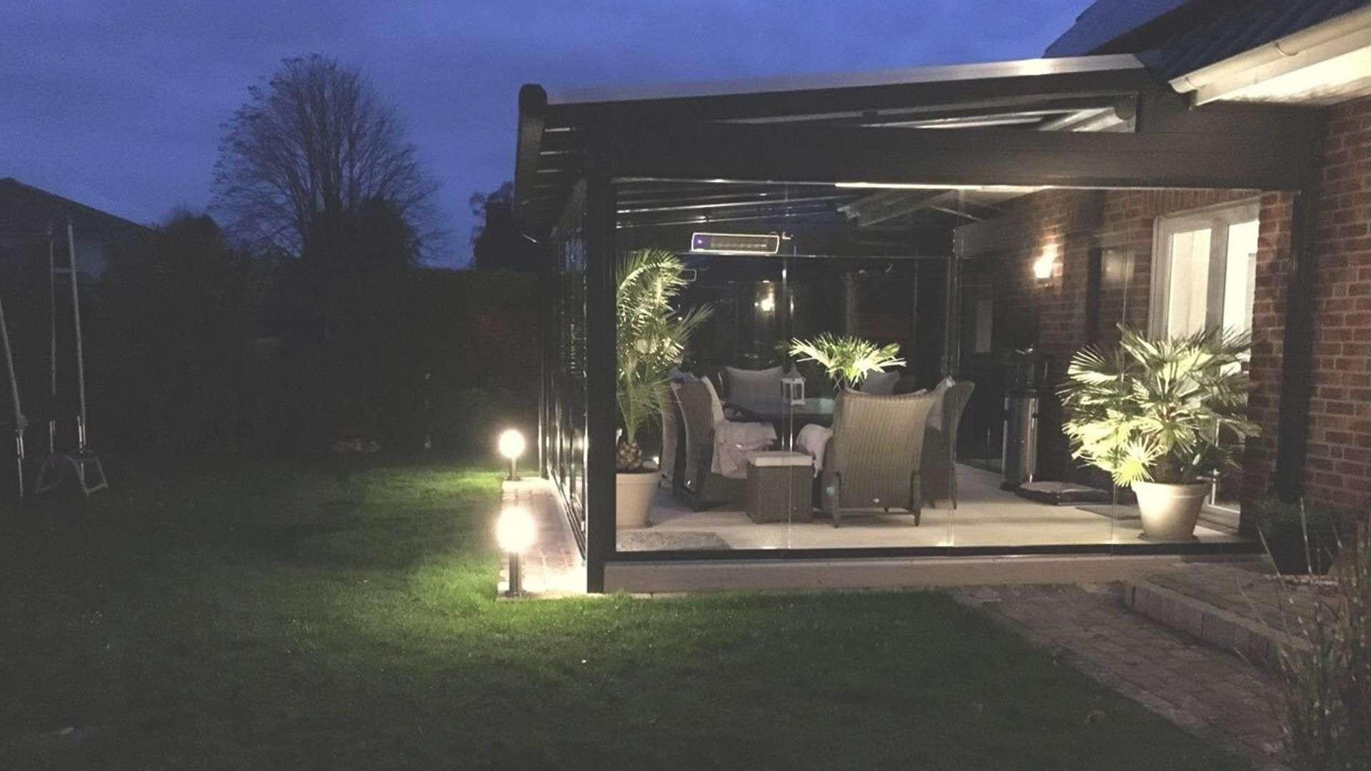 beleuchteter Wintergarten an einem Wohnhaus bei Nacht