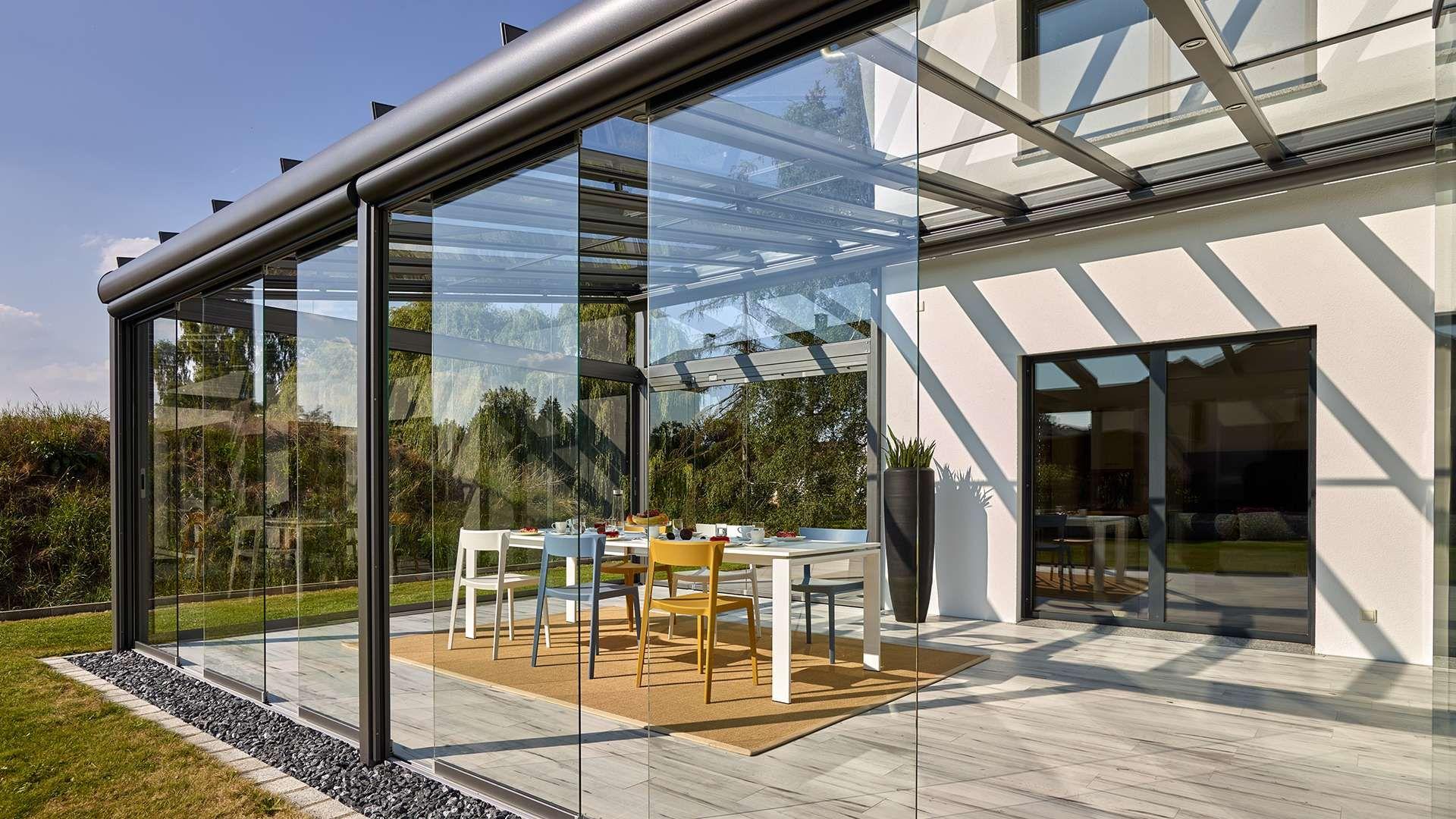 Nahansicht eines geöffneten Schiebesystems einen Glashauses auf einer Terrasse eines Wohnhauses