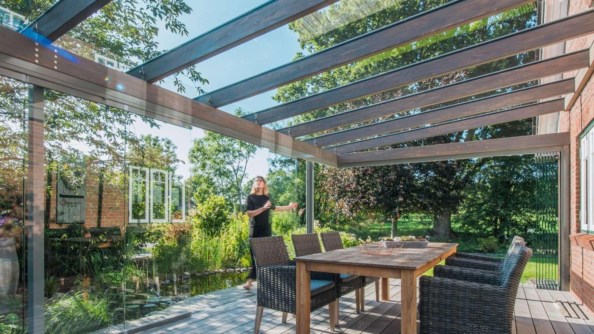 Innenansicht eines Solarlux Wintergartens SDL Aura mit Esstisch