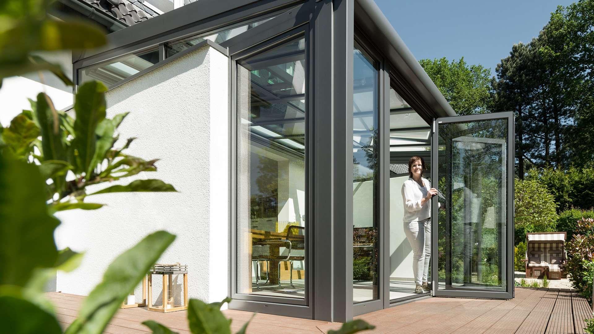 Wintergarten mit geöffneter Glas-Faltwand auf einer Terrasse