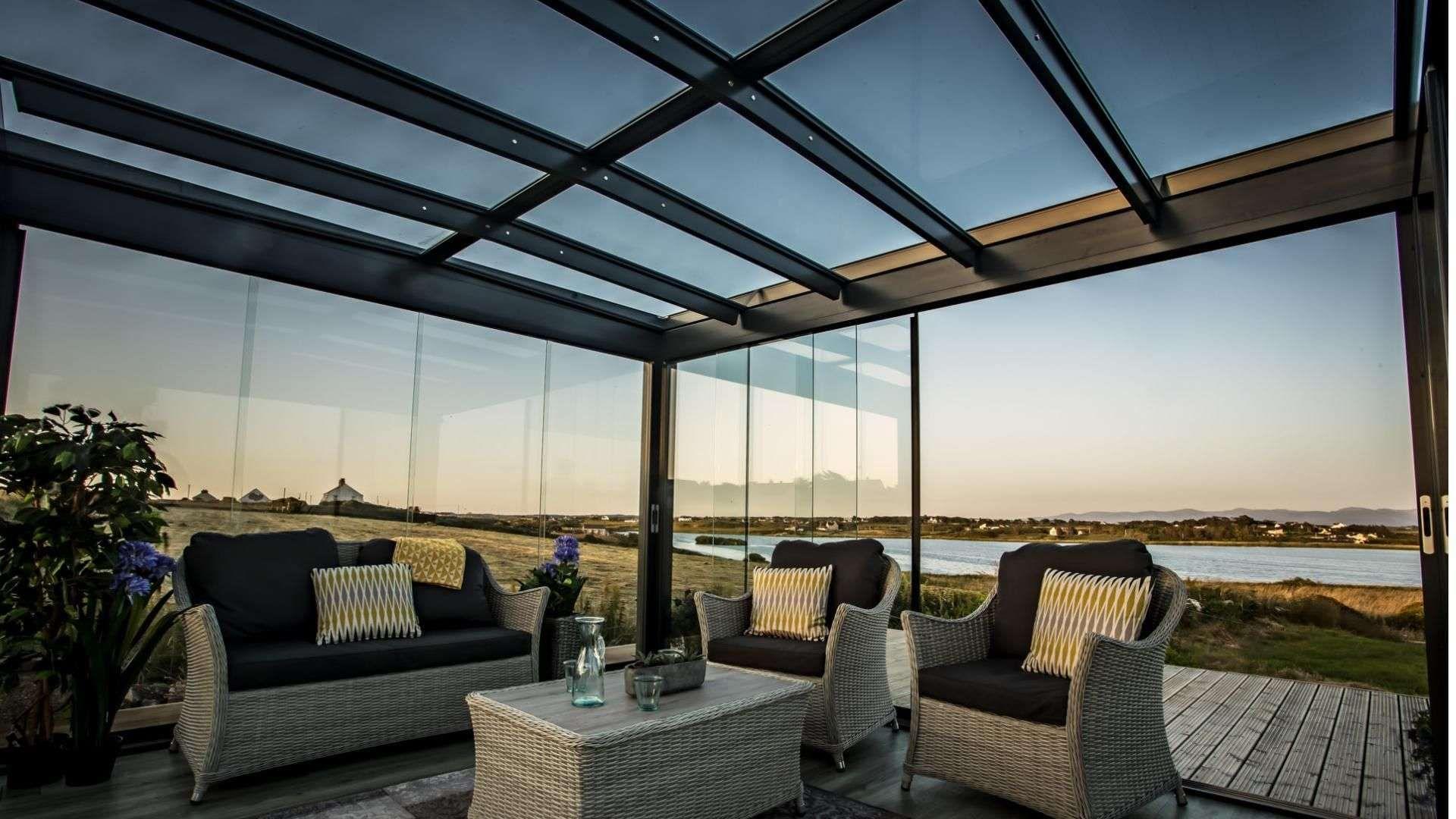 Innenensicht eines SDL Acubis Terrassendach mit Gartenmöbeln