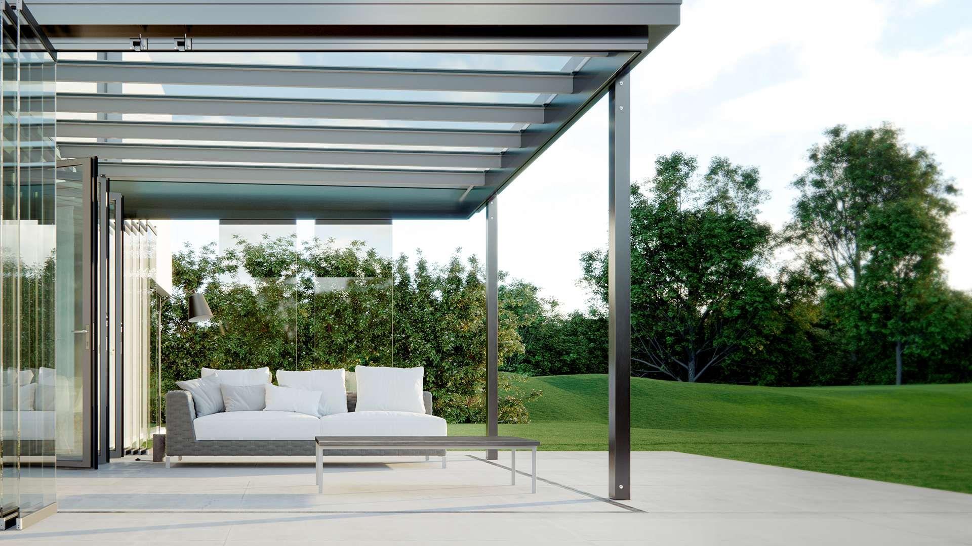 Seitenansicht eines Terrassendaches an einem Haus mit großem Garten