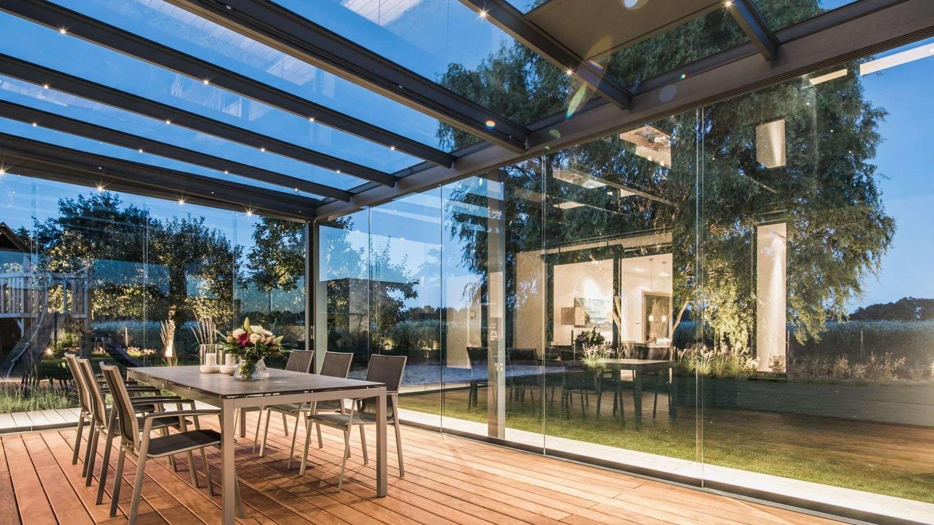 Innensicht eines Solarlux SDL Acubis Terrassendachs mit Esstisch