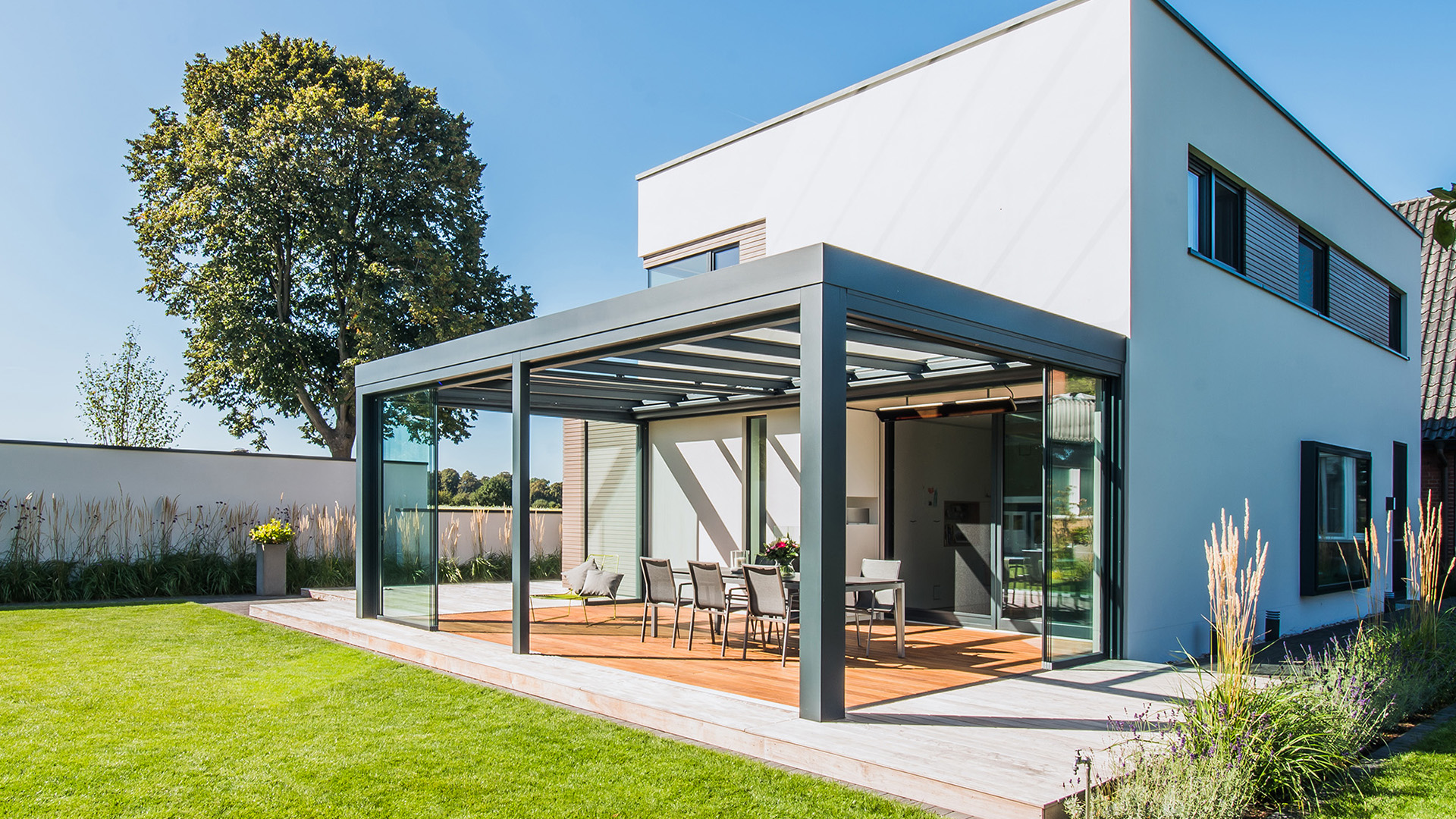 modernes Haus mit Solarlux SDL Acubis Terrassendach auf der Terrasse