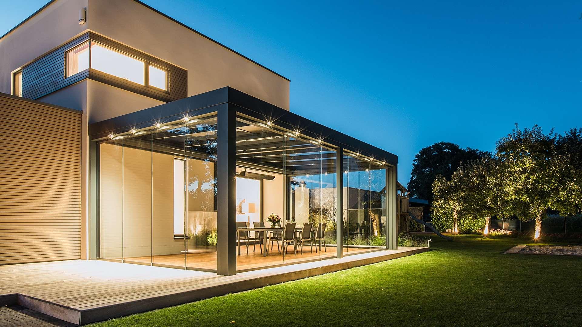 beleuchtetes Solarlux SDL Acubis Terrassendach an einem modernen Wohnhaus