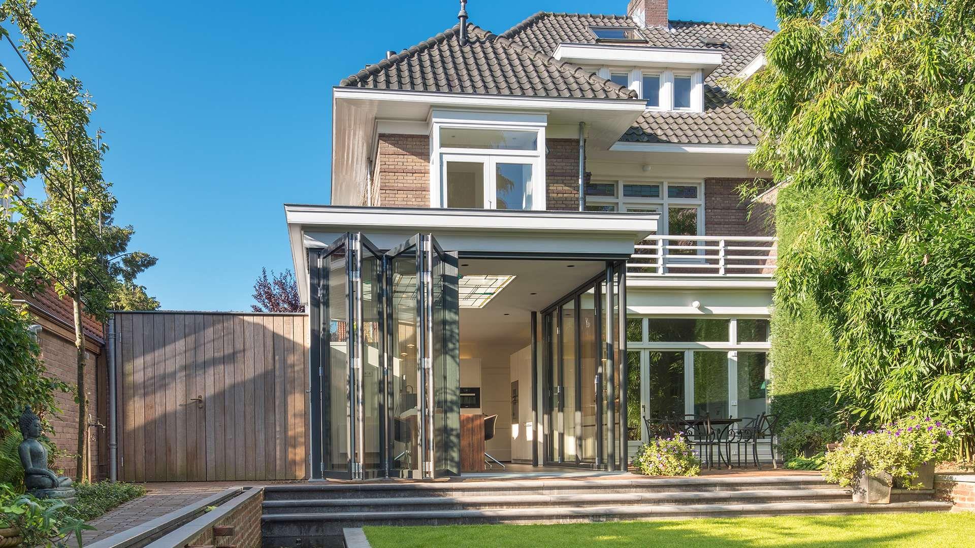 modernes großes Haus mit geöffneter Glas-Faltwand auf der Terrasse