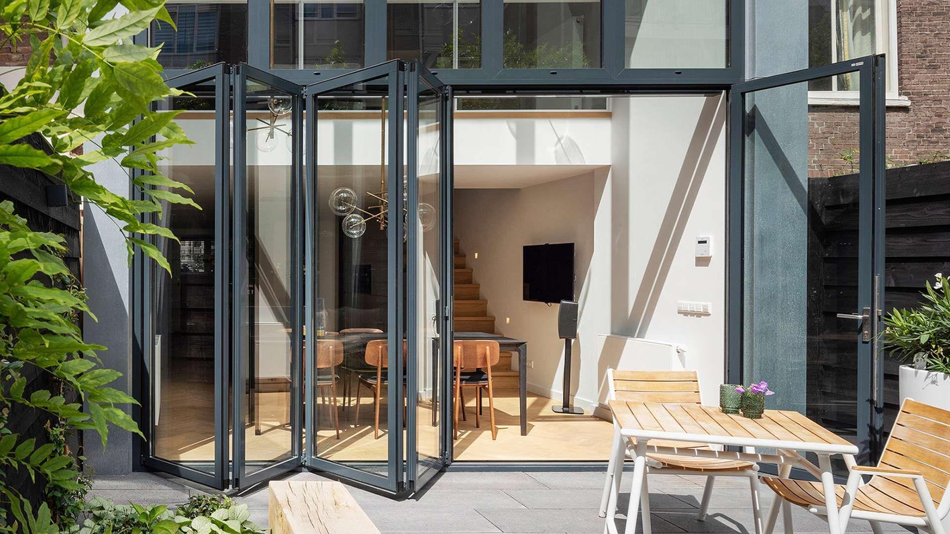 halb-geöffnete Glas-Faltwand an einem Reihenhaus in Rotterdam