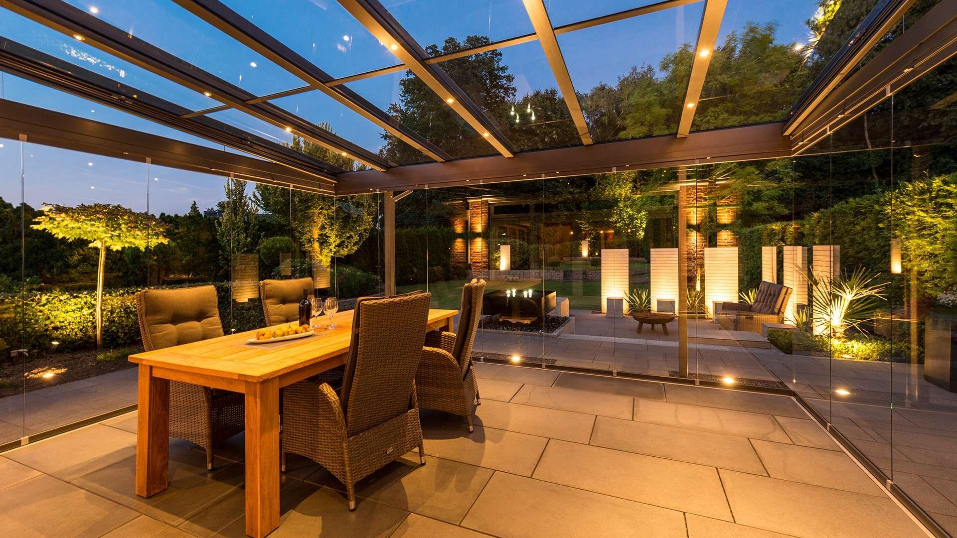 Innenansicht eines Glashauses mit Beleuchtung bei Dämmerung