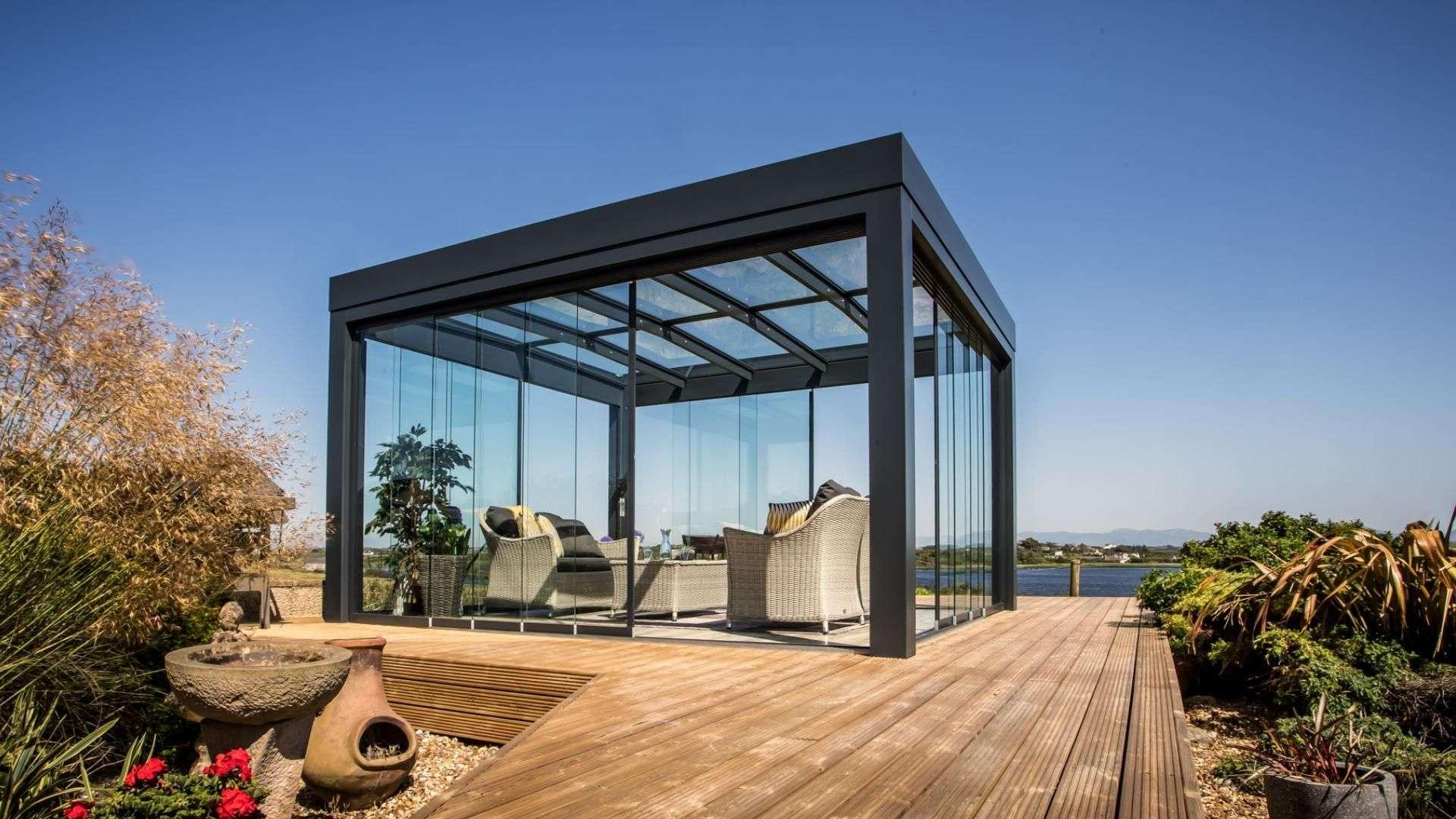 Freistehendes SDL Acubis Terrassendach von Solarlux auf einer Holz-Terrasse am Wasser