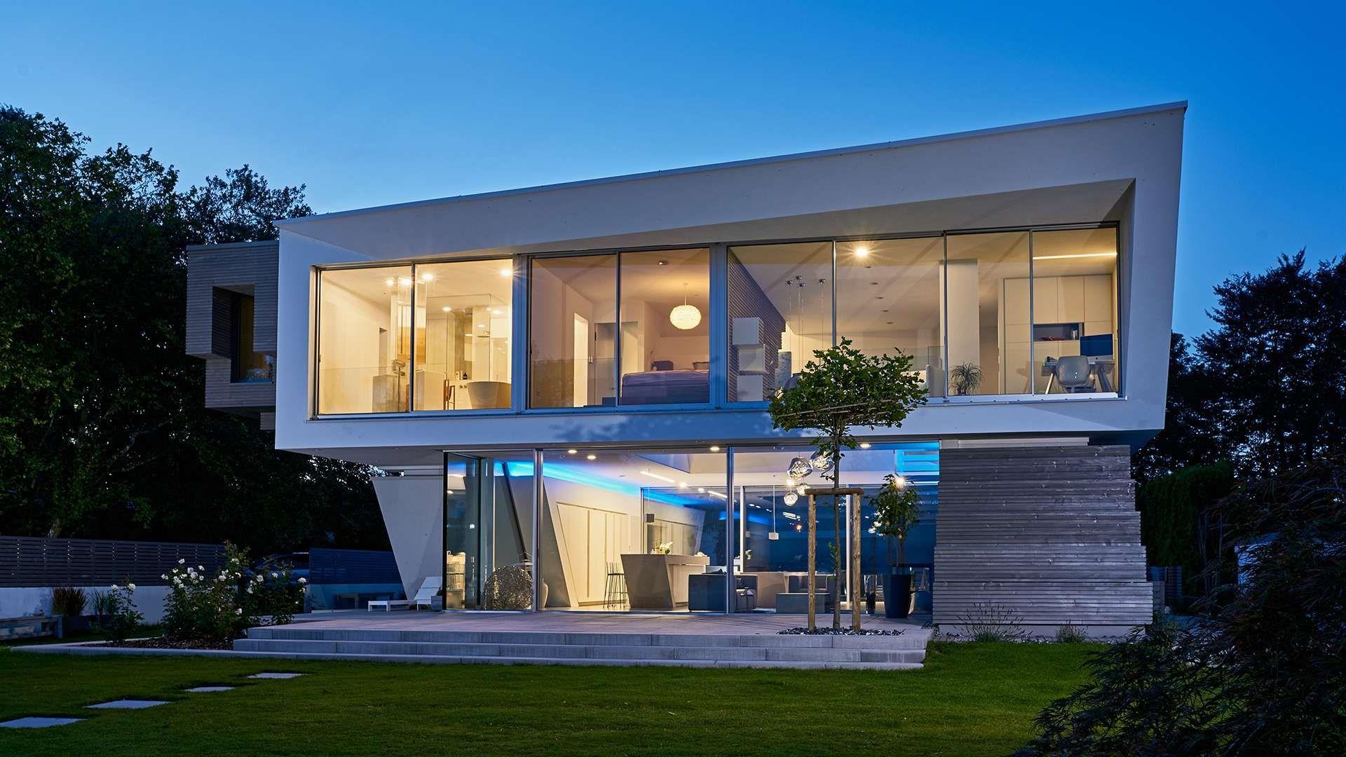 modernes Haus mit cero-Verglasung im ersten Stock
