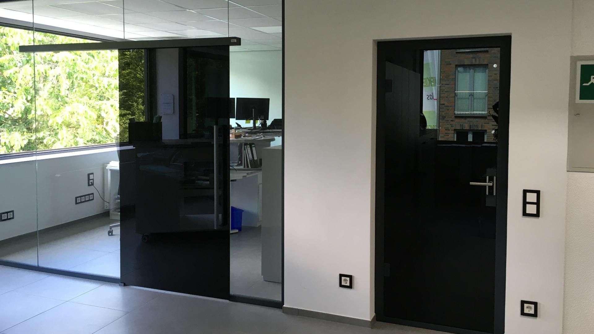 schwarze Schiebetür in der Ausstellung von Menke-Glas in Bielefeld