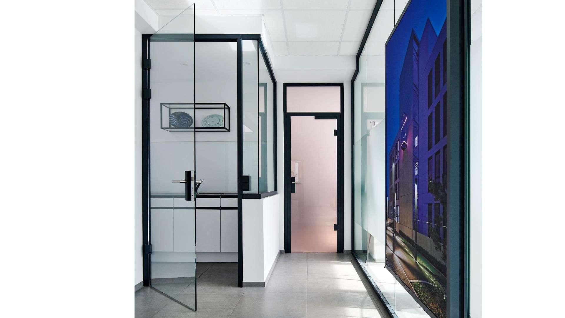 Einblick in die erste Etage der Ausstellung von Menke-Glas in Bielefeld
