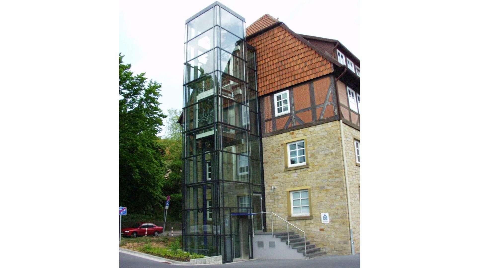 Aufzug in gläserner Fassade
