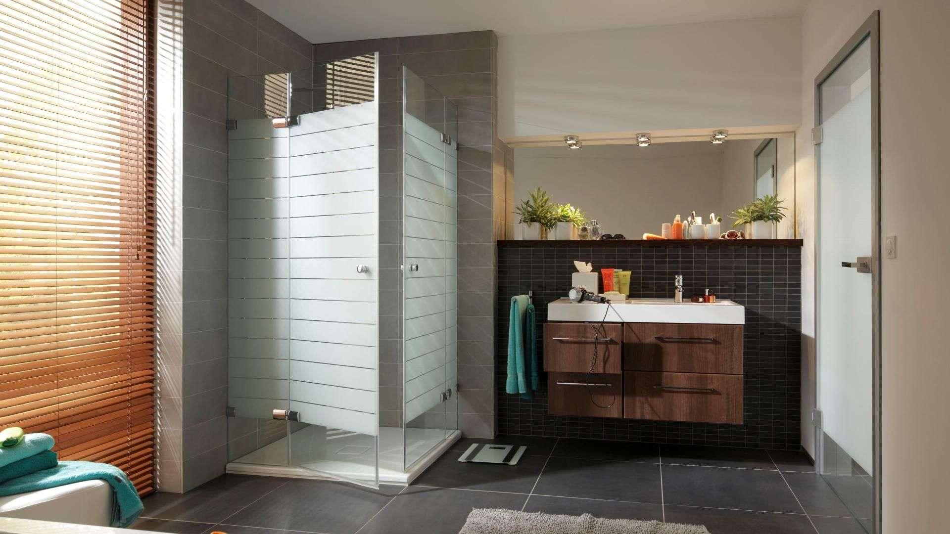 Dusche mit Milchglaswänden in einem modernen Badezimmer