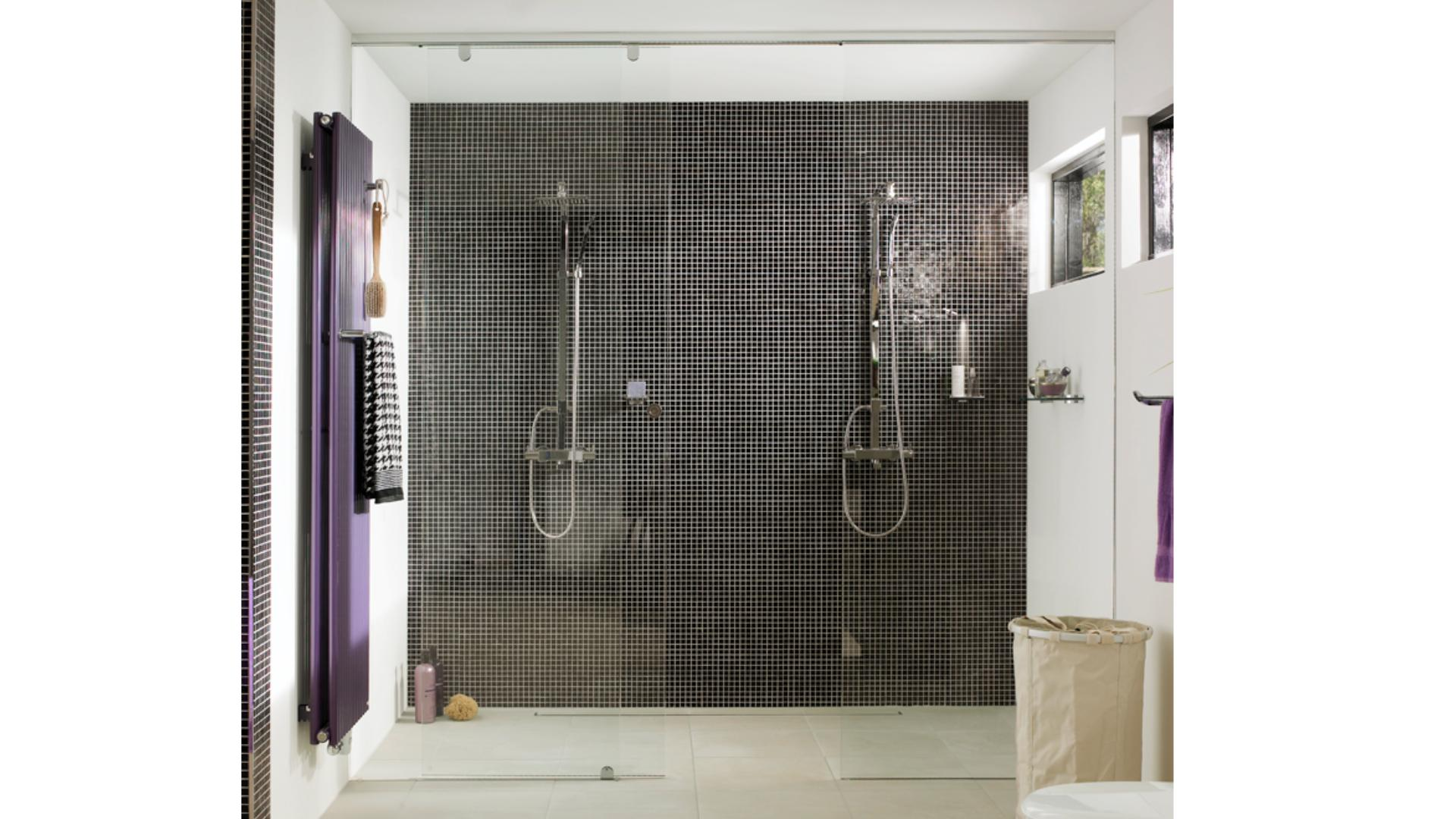 zwei Duschen mit Glastrennwänden