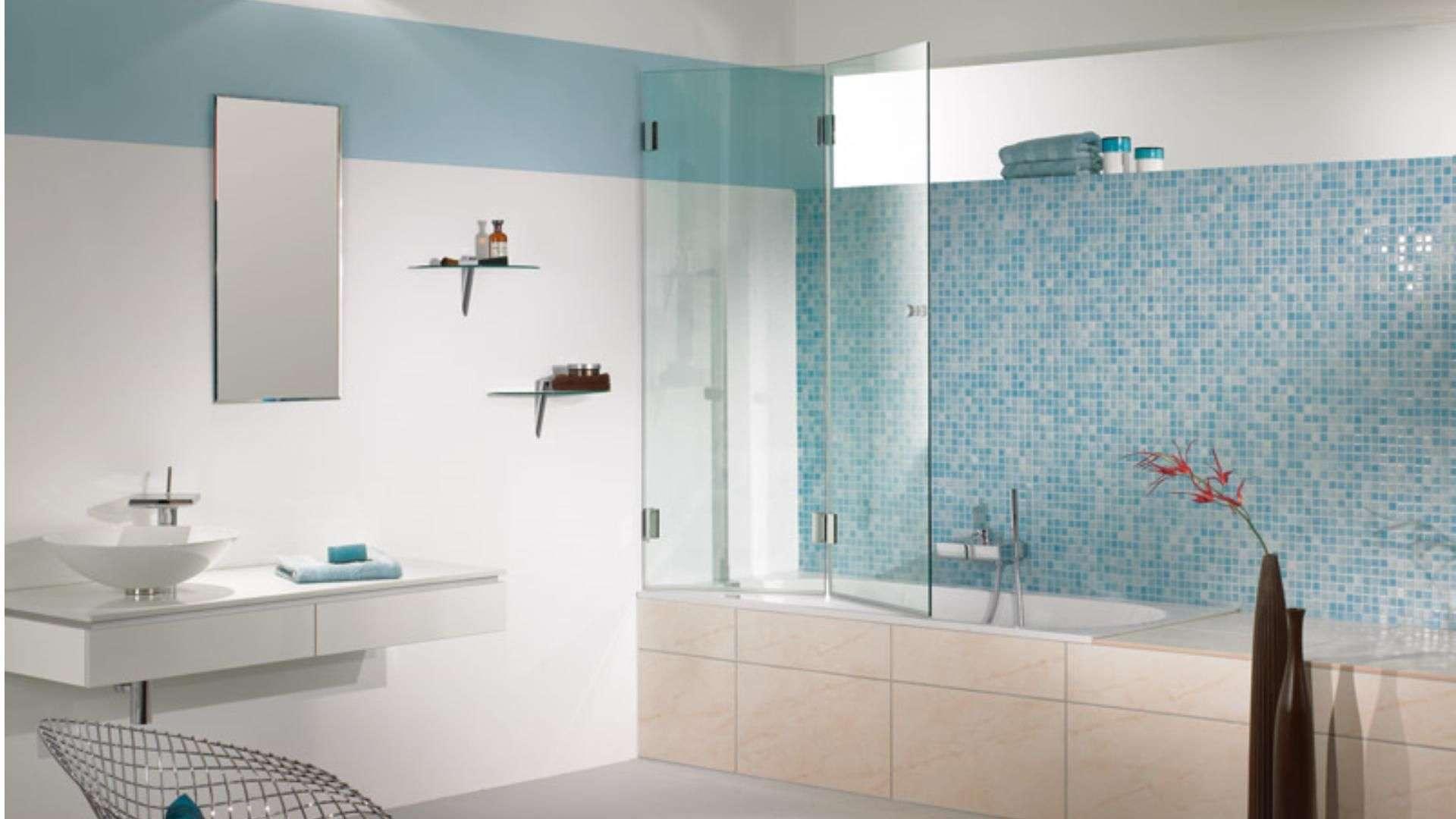 Badezimmer mit Duschtrennwand an der Badewanne
