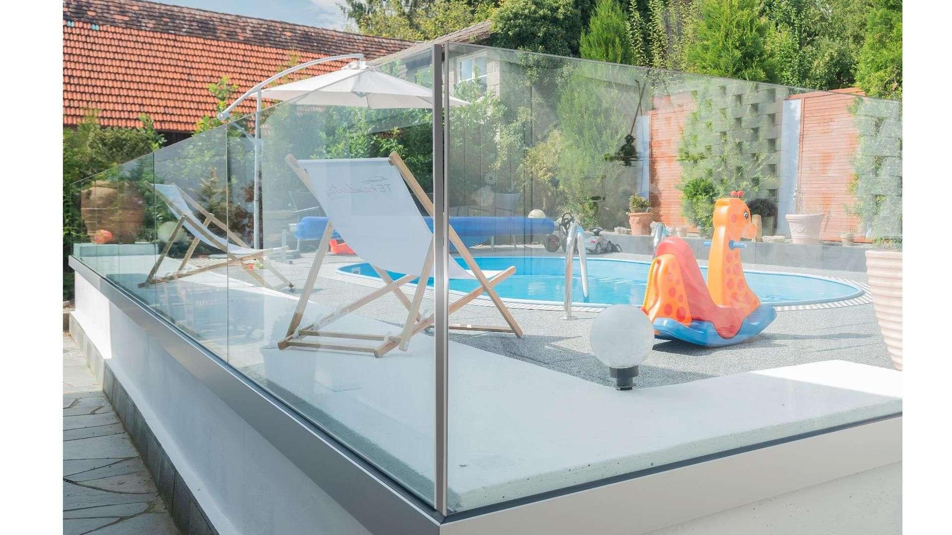 Glas-Geländer um einen Pool