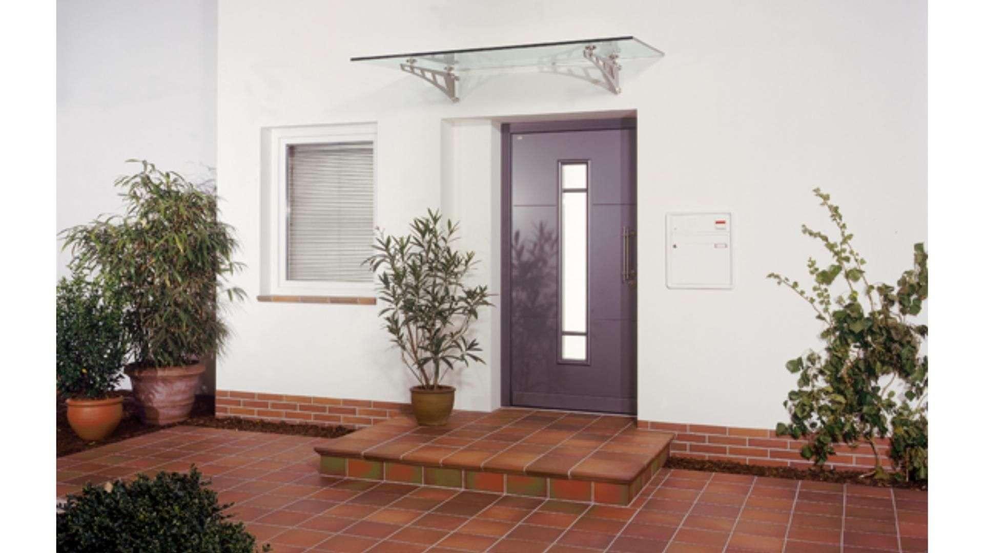 Vordach aus Glas über einer Haustür