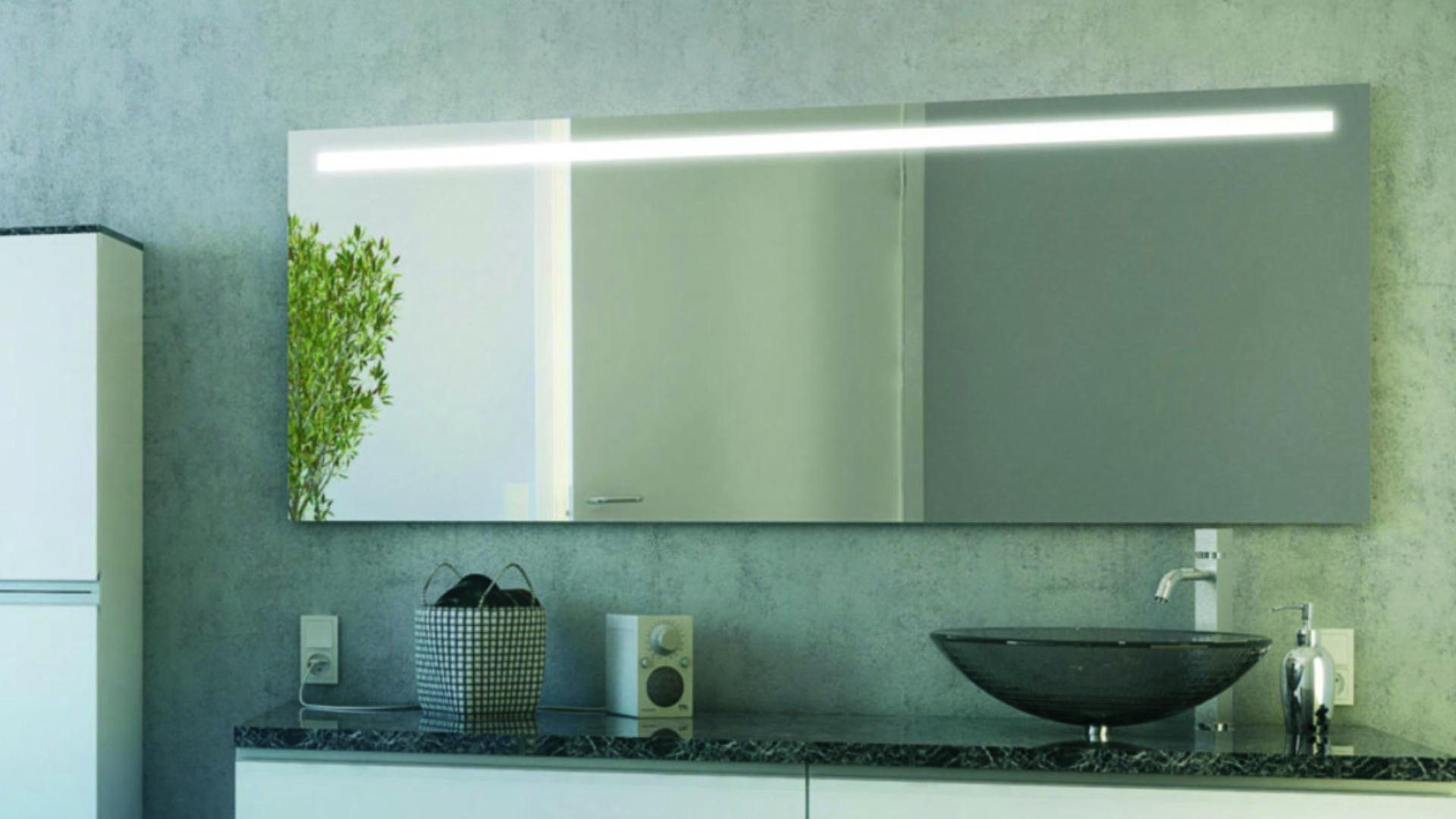 Spiegel mit integrierter Beleuchtung über einem Waschtisch