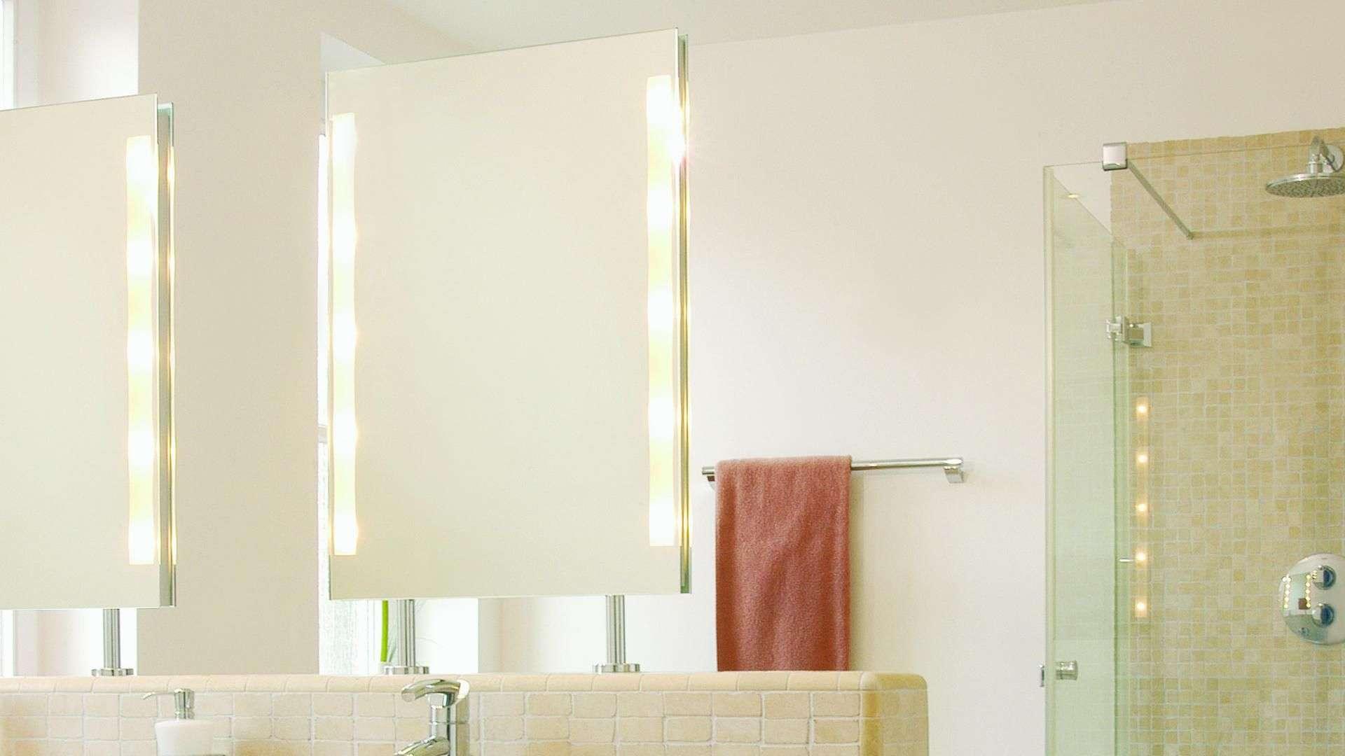 Spiegel mit integrierter Beleuchtung in einem Badezimmer