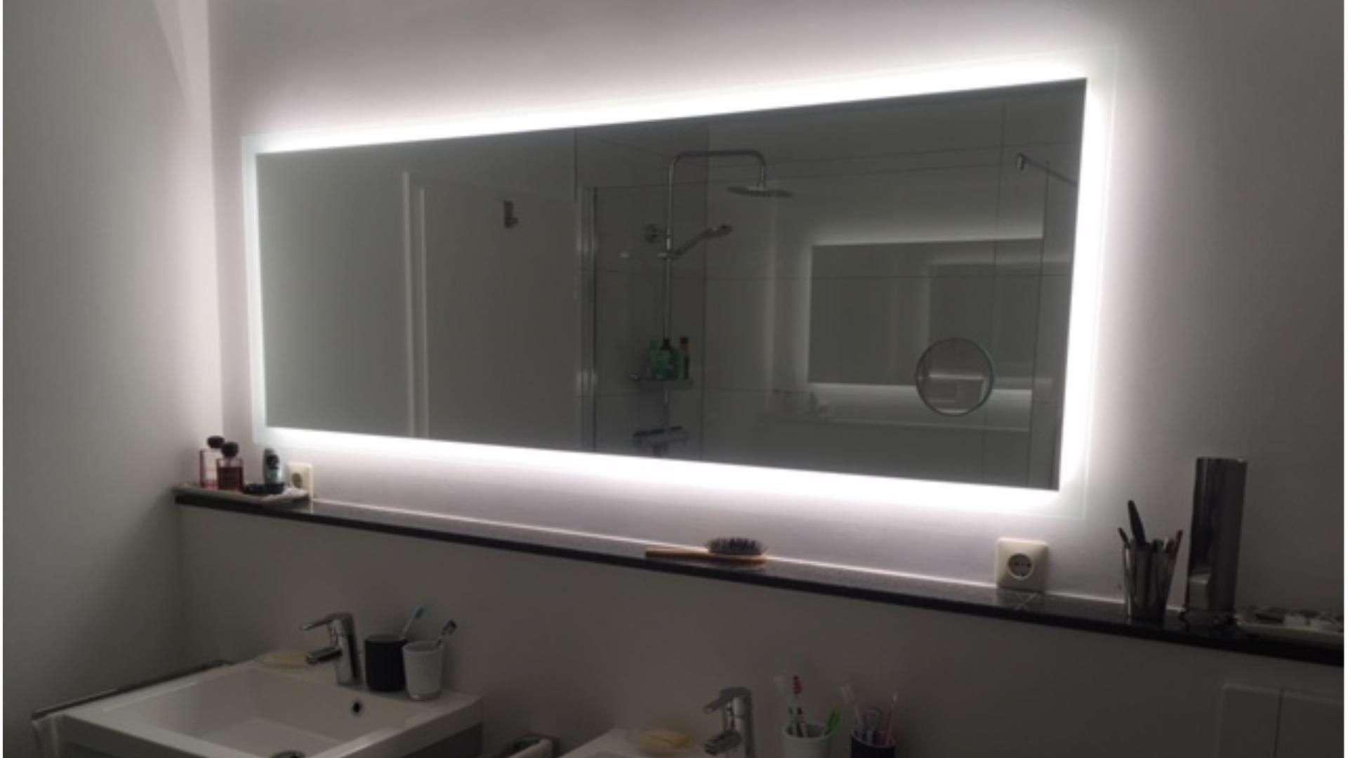 beleuchteter Badezimmer-Spiegel über zwei Waschbecken