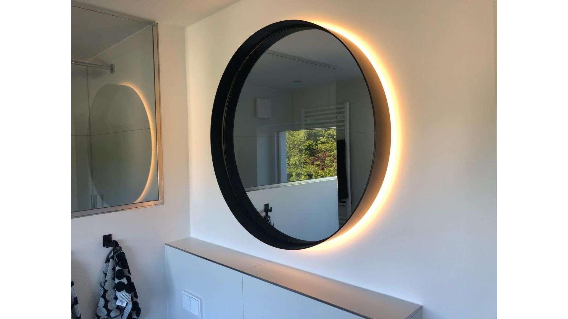 runder Spiegel mit indirekter Beleuchtung
