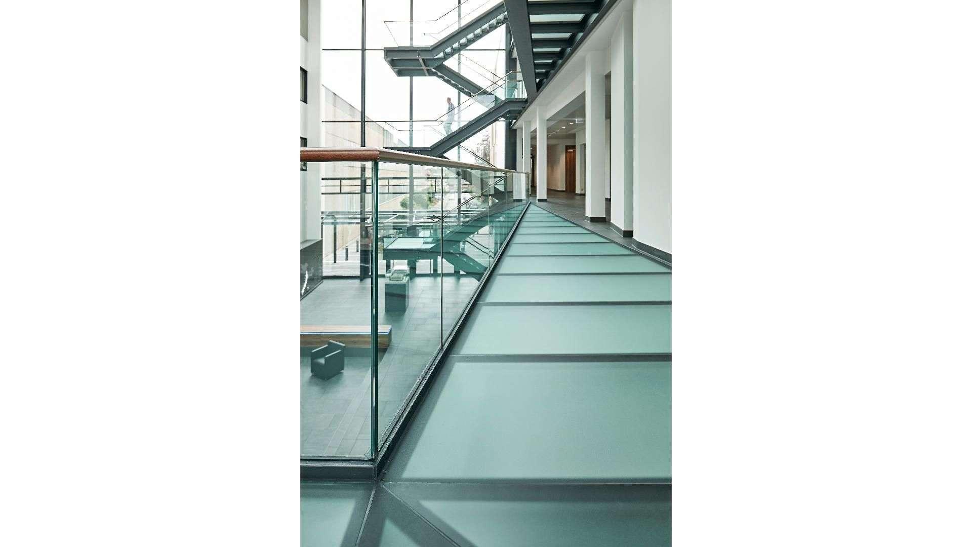 Treppe mit Glasgeländer