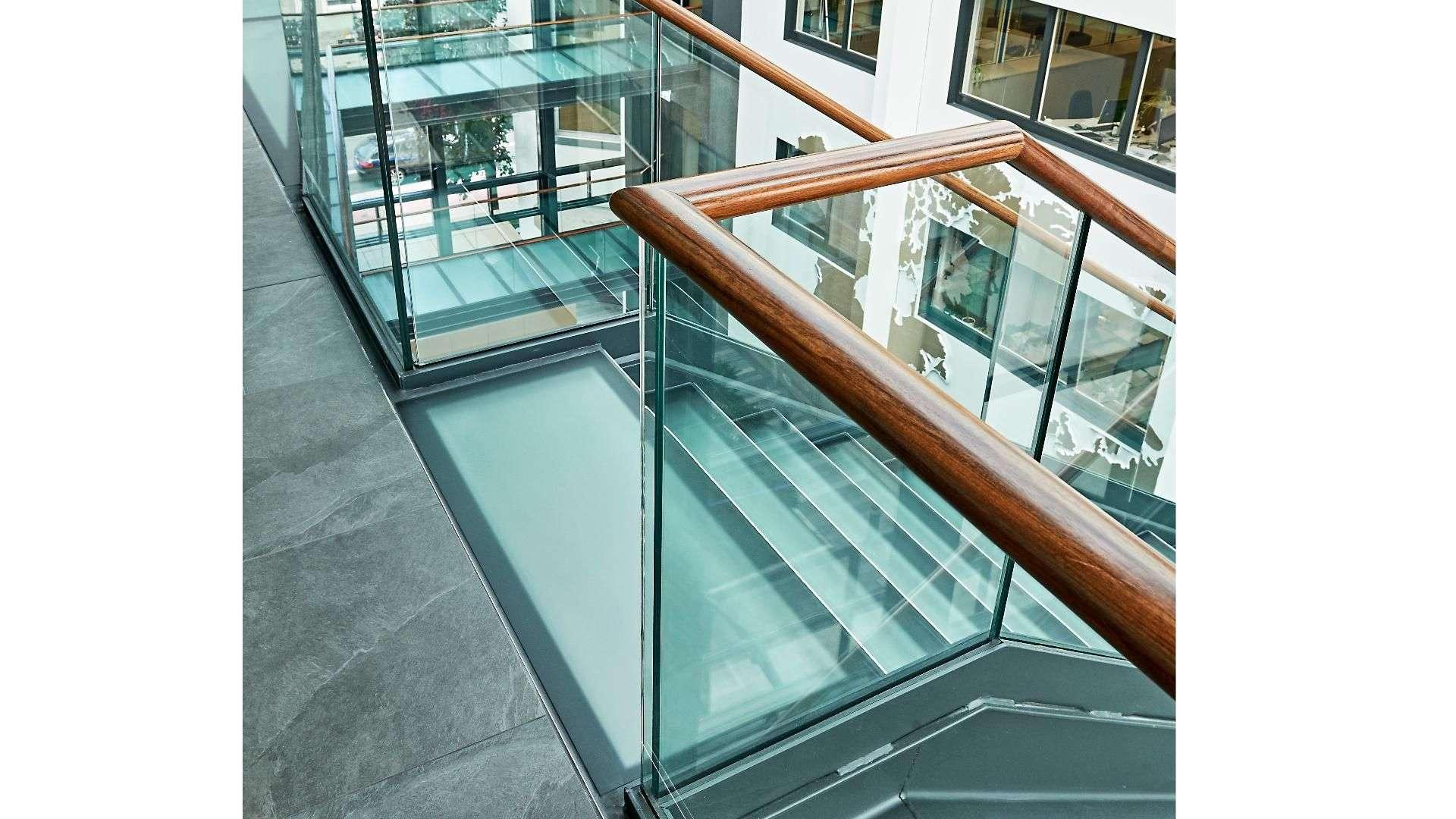 Treppe mit Glasstufen und Geländer aus Glas