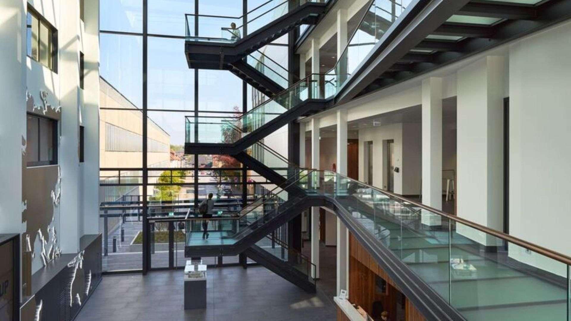 Treppenhaus mit Glasstufen und Geländer aus Glas