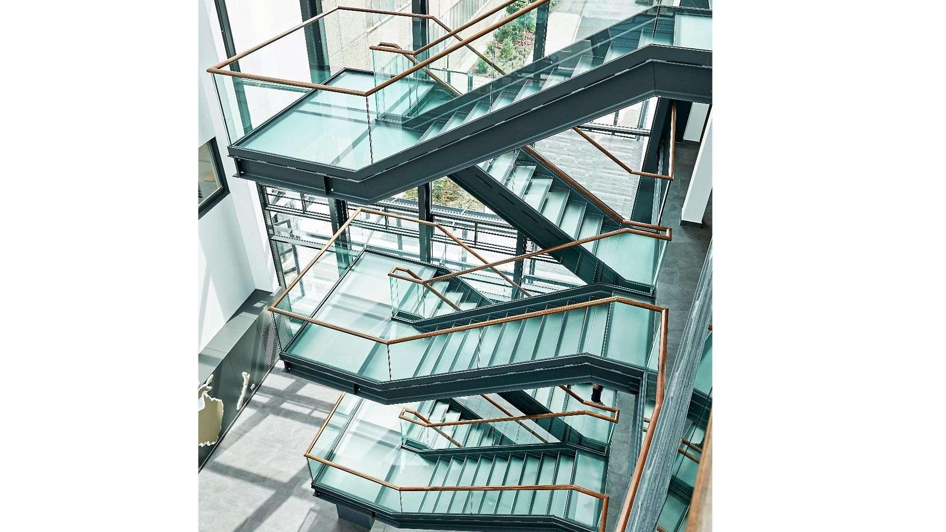 Glasgeländer an einer Treppe