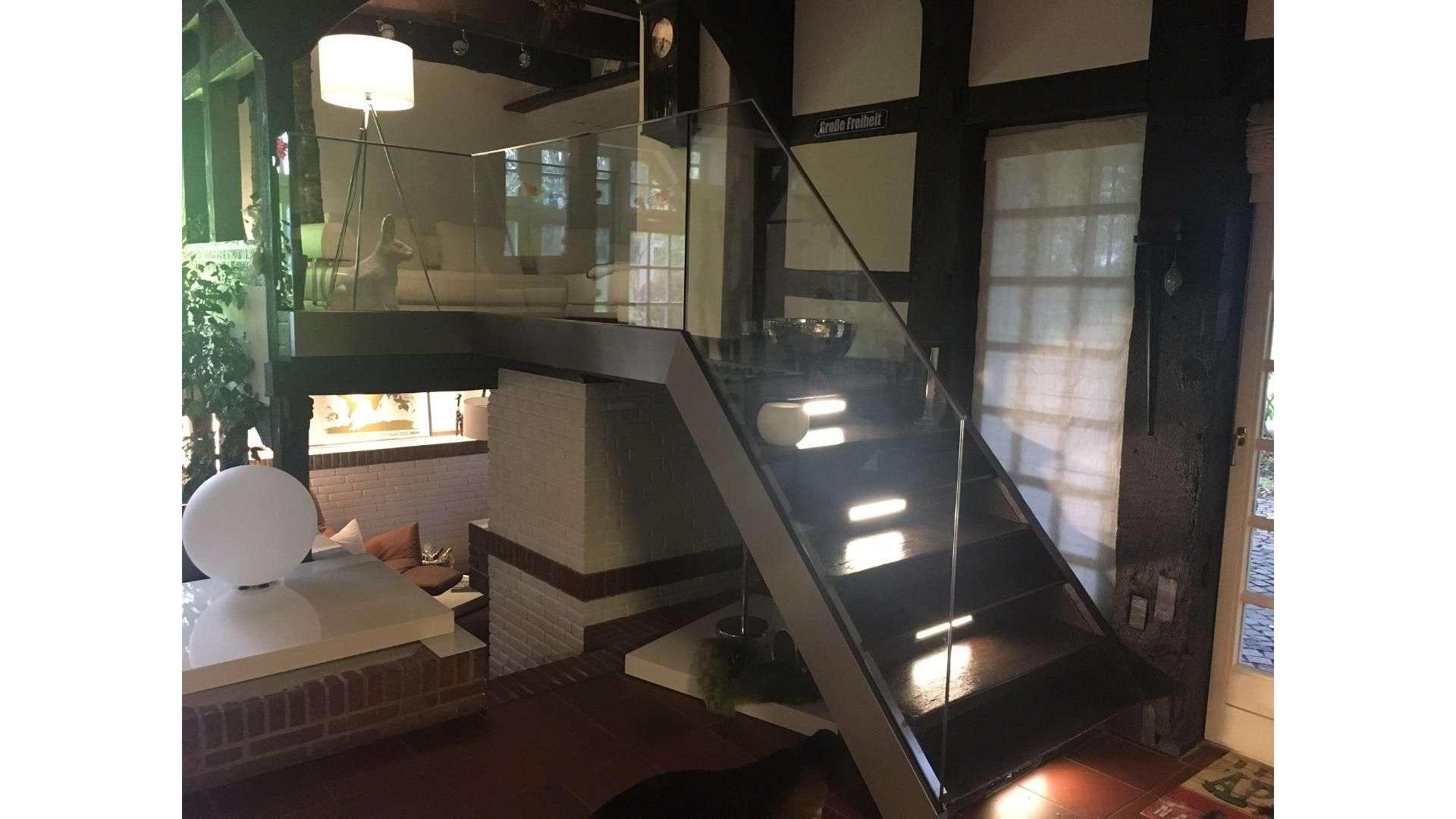 Glasgeländer an einer Treppe in einem Fachwerkhaus