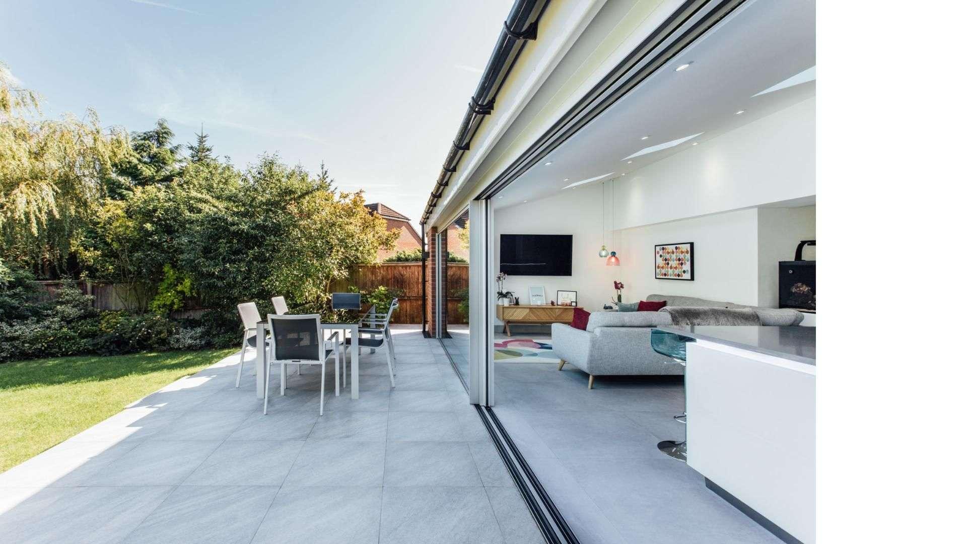 cero Schiebeverglasung zu einer Terrasse mit Garten