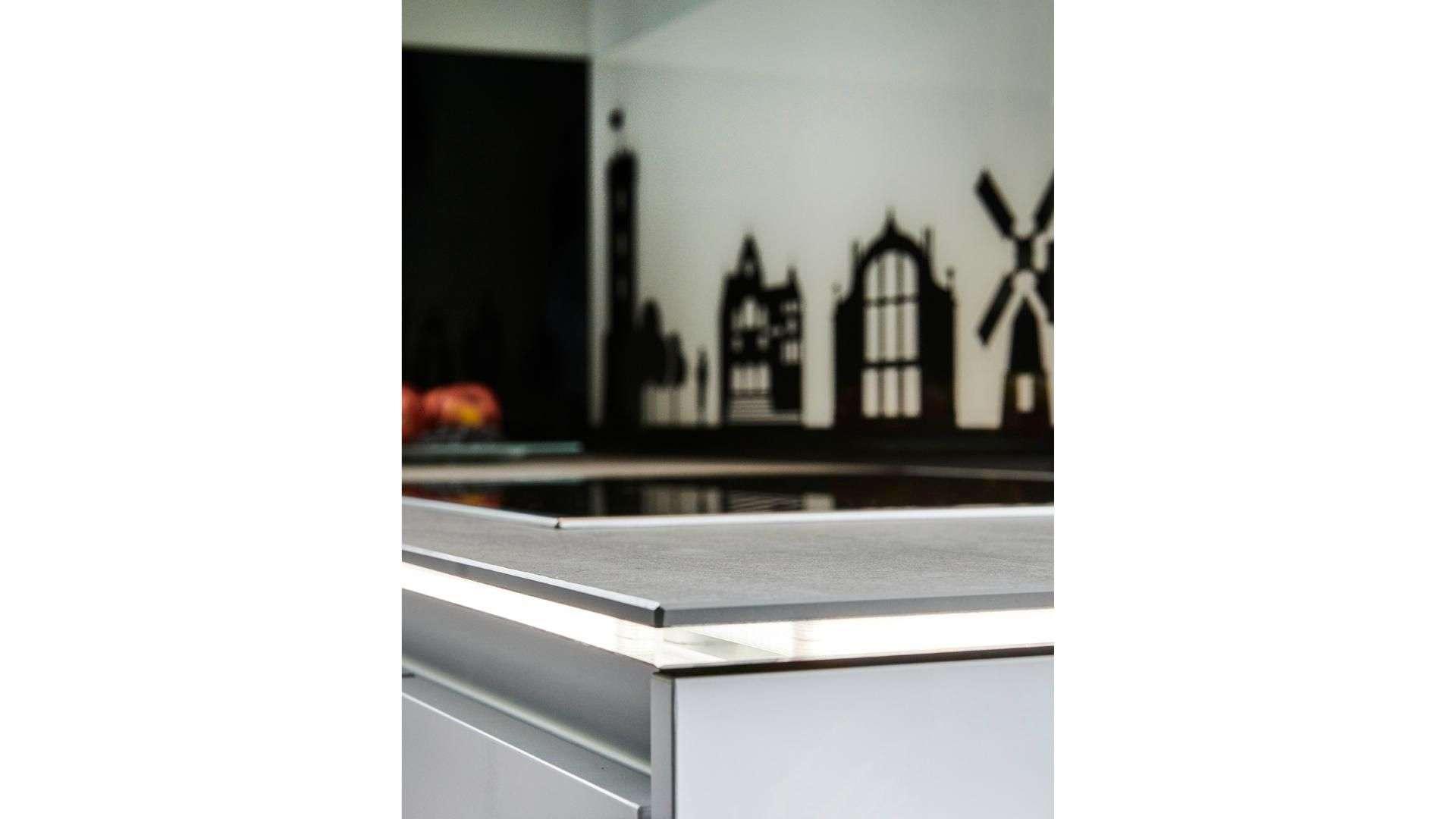Nahansicht einer beleuchteten Küchenarbeitsplatte