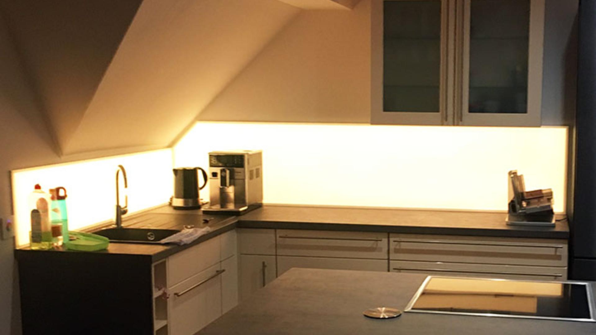 beleuchtete Glasrückwand als Spitzschutz in einer Küche